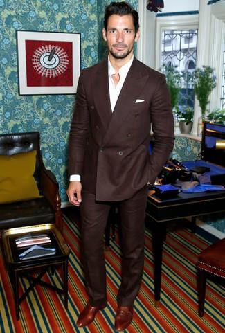 David Gandy trägt Dunkelbrauner Anzug, Weißes Langarmhemd, Braune Doppelmonks aus Leder, Weißes Einstecktuch