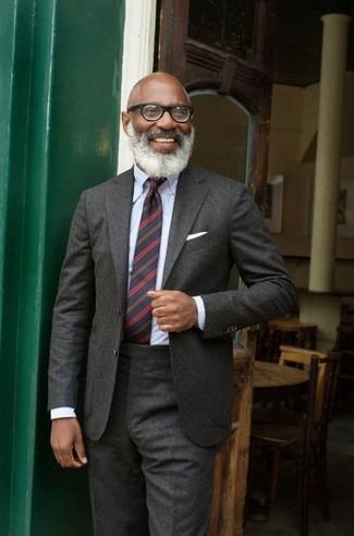 Dunkelblaue horizontal gestreifte Krawatte kombinieren: trends 2020: Erwägen Sie das Tragen von einem dunkelgrauen Wollanzug und einer dunkelblauen horizontal gestreiften Krawatte für einen stilvollen, eleganten Look.