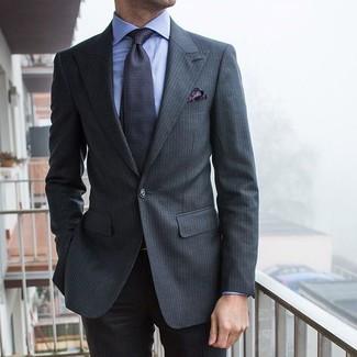 Wie kombinieren: dunkelgrauer vertikal gestreifter Anzug, hellblaues Businesshemd, dunkelgraue bedruckte Krawatte, dunkelgraues Einstecktuch mit Paisley-Muster