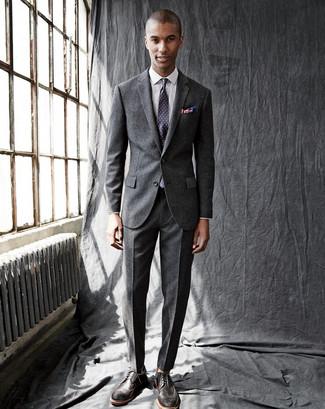 Wie kombinieren: dunkelgrauer Wollanzug, weißes Businesshemd mit Karomuster, dunkelbraune Leder Brogues, violette gepunktete Krawatte