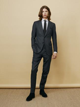 Wie kombinieren: dunkelgrauer Anzug, weißes vertikal gestreiftes Businesshemd, schwarze Chelsea-Stiefel aus Wildleder, schwarze Strick Krawatte