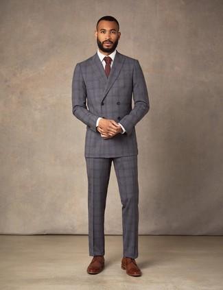 Dunkelrote Krawatte kombinieren: trends 2020: Entscheiden Sie sich für einen klassischen Stil in einem dunkelgrauen Anzug mit Schottenmuster und einer dunkelroten Krawatte. Wenn Sie nicht durch und durch formal auftreten möchten, vervollständigen Sie Ihr Outfit mit braunen Leder Derby Schuhen.