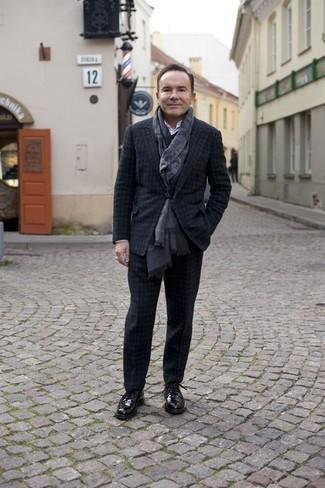 Schwarze Leder Derby Schuhe kombinieren: trends 2020: Entscheiden Sie sich für einen dunkelgrauen Wollanzug mit Karomuster und ein weißes Businesshemd für einen stilvollen, eleganten Look. Bringen Sie die Dinge durcheinander, indem Sie schwarzen Leder Derby Schuhe mit diesem Outfit tragen.