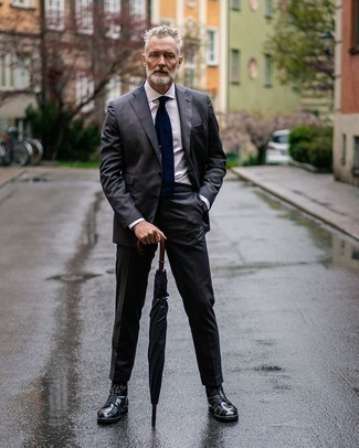 Schwarze Lederfreizeitstiefel kombinieren – 500+ Herren Outfits: Kombinieren Sie einen dunkelgrauen Anzug mit einem weißen Businesshemd für einen stilvollen, eleganten Look. Eine schwarze Lederfreizeitstiefel liefern einen wunderschönen Kontrast zu dem Rest des Looks.