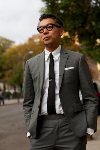 Wie kombinieren: dunkelgrauer Anzug, weißes Businesshemd, schwarze Krawatte, weißes Einstecktuch