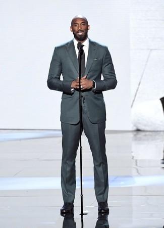 Schwarzes und weißes gepunktetes Einstecktuch kombinieren: trends 2020: Kombinieren Sie einen dunkelgrauen Anzug mit einem schwarzen und weißen gepunkteten Einstecktuch, um mühelos alles zu meistern, was auch immer der Tag bringen mag. Putzen Sie Ihr Outfit mit schwarzen Leder Oxford Schuhen.