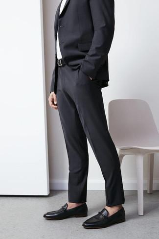Schwarze Leder Slipper kombinieren: trends 2020: Geben Sie den bestmöglichen Look ab in einem dunkelgrauen Anzug und einem weißen Businesshemd. Wenn Sie nicht durch und durch formal auftreten möchten, vervollständigen Sie Ihr Outfit mit schwarzen Leder Slippern.