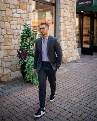 Wie kombinieren: dunkelgrauer Wollanzug, weißes und lila vertikal gestreiftes Businesshemd, schwarze und weiße Leder niedrige Sneakers, graue Socken