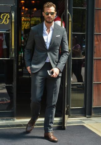 Jamie Dornan trägt Dunkelgrauer Anzug, Weißes Langarmhemd, Dunkelbraune Leder Derby Schuhe, Weißes Einstecktuch