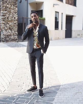Weißes und dunkelblaues Langarmhemd mit Blumenmuster kombinieren: trends 2020: Tragen Sie ein weißes und dunkelblaues Langarmhemd mit Blumenmuster und einen dunkelgrauen Anzug, um vor Klasse und Perfektion zu strotzen. Suchen Sie nach leichtem Schuhwerk? Entscheiden Sie sich für dunkelgrauen Wildleder niedrige Sneakers für den Tag.