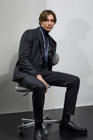 Wie kombinieren: dunkelgrauer Wollanzug, dunkelblauer und weißer horizontal gestreifter Rollkragenpullover, schwarze Leder Derby Schuhe, schwarze Socke