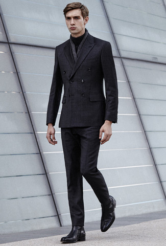 Wie kombinieren: dunkelgrauer Anzug mit Karomuster, schwarzer Rollkragenpullover, schwarze Chelsea-Stiefel aus Leder, dunkelgrauer Leinen Schal