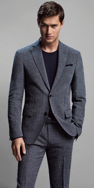 Wie kombinieren: dunkelgrauer Anzug, schwarzes T-Shirt mit einem Rundhalsausschnitt, blaues Einstecktuch, schwarzer Ledergürtel