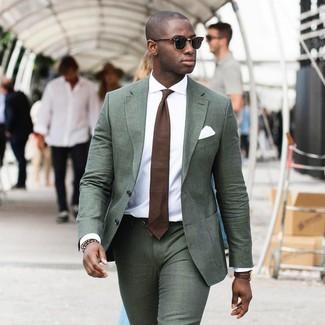 Wie kombinieren: dunkelgrüner Anzug, weißes Businesshemd, braune Krawatte, weißes Einstecktuch
