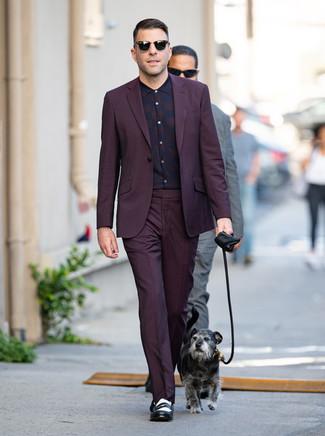 Wie kombinieren: dunkellila Anzug, dunkellila Businesshemd mit Schottenmuster, schwarze und weiße Leder Slipper, schwarze Sonnenbrille