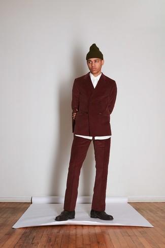 dunkelroter Kordanzug, weißes Businesshemd, dunkelbraune Monks aus Leder, olivgrüne Mütze für Herren