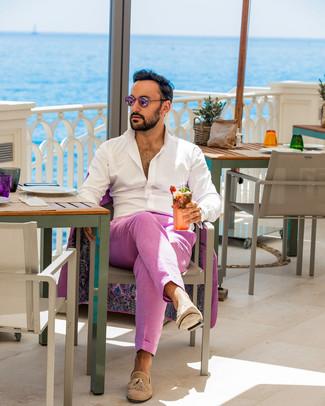 Wie kombinieren: fuchsia Anzug, weißes Langarmhemd, beige Wildleder Slipper mit Quasten, rosa Sonnenbrille