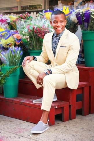 Dunkelblaues und weißes Langarmhemd mit Blumenmuster kombinieren: trends 2020: Kombinieren Sie ein dunkelblaues und weißes Langarmhemd mit Blumenmuster mit einem gelben Anzug für eine klassischen und verfeinerte Silhouette. Wenn Sie nicht durch und durch formal auftreten möchten, vervollständigen Sie Ihr Outfit mit grauen Slip-On Sneakers.