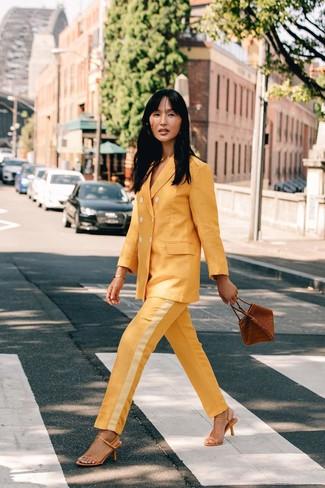 Wie kombinieren: gelber Anzug, gelbe Leder Sandaletten, braune Lederhandtasche, goldenes Armband