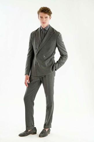 Wie kombinieren: grauer Wollanzug, graues Businesshemd mit Karomuster, graue Wildleder Slipper, graue Wollkrawatte