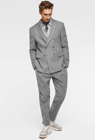 Dunkelgraues T-Shirt mit einem Rundhalsausschnitt kombinieren: trends 2020: Kombinieren Sie ein dunkelgraues T-Shirt mit einem Rundhalsausschnitt mit einem grauen vertikal gestreiften Anzug für einen für die Arbeit geeigneten Look. Wenn Sie nicht durch und durch formal auftreten möchten, komplettieren Sie Ihr Outfit mit weißen Leder niedrigen Sneakers.