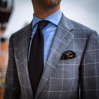 Wie kombinieren: grauer Anzug mit Karomuster, hellblaues Businesshemd, dunkelgraue bedruckte Krawatte, dunkelgrünes bedrucktes Einstecktuch