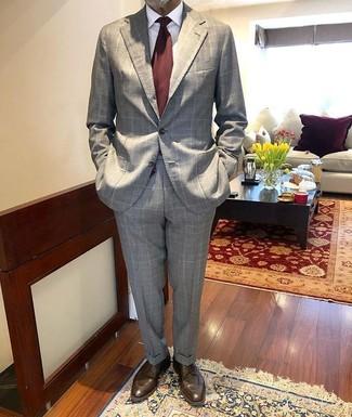 Braune Leder Derby Schuhe kombinieren: trends 2020: Tragen Sie einen grauen Anzug mit Karomuster und ein weißes Businesshemd für eine klassischen und verfeinerte Silhouette. Dieses Outfit passt hervorragend zusammen mit braunen Leder Derby Schuhen.