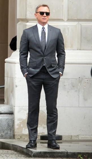 Daniel Craig trägt Grauer Anzug, Weißes Businesshemd, Schwarze Leder Derby Schuhe, Graue Krawatte
