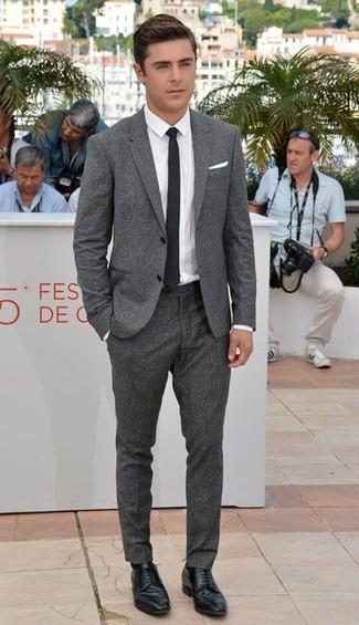 Wie kombinieren: grauer Wollanzug, weißes Businesshemd, schwarze Leder Derby Schuhe, schwarze Krawatte