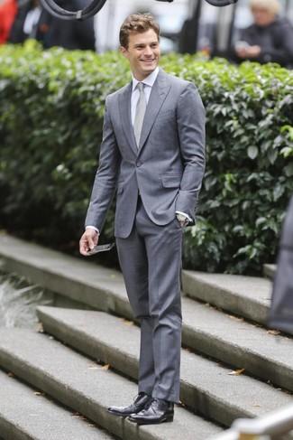 Jamie Dornan trägt Grauer Anzug, Weißes Businesshemd, Schwarze Leder Derby Schuhe, Graue Krawatte