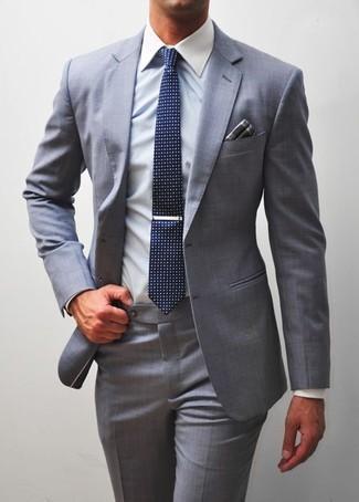 Dunkelgraues Einstecktuch mit Schottenmuster kombinieren: trends 2020: Vereinigen Sie einen grauen Anzug mit einem dunkelgrauen Einstecktuch mit Schottenmuster für ein großartiges Wochenend-Outfit.