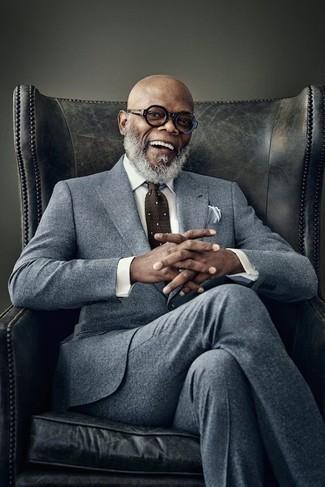 Wie kombinieren: grauer Wollanzug, weißes Businesshemd, dunkelbraune gepunktete Krawatte, weißes Einstecktuch