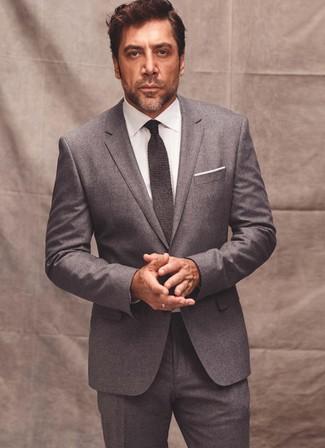 Wie kombinieren: grauer Wollanzug, weißes Businesshemd, dunkelgraue Strick Krawatte, weißes Einstecktuch