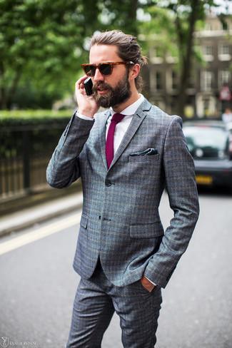 Wie kombinieren: grauer Anzug mit Karomuster, weißes Businesshemd, lila Krawatte, dunkelgrünes bedrucktes Einstecktuch