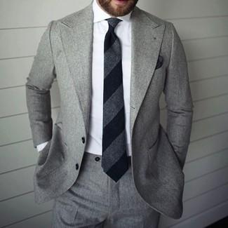 Grauer Anzug, Weißes Businesshemd, Schwarze vertikal gestreifte Krawatte, Schwarzes Einstecktuch für Herren