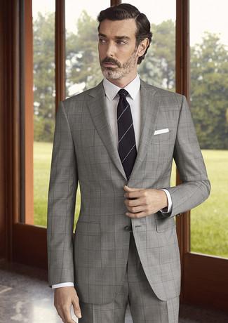 Wie kombinieren: grauer Anzug mit Karomuster, weißes Businesshemd, schwarze horizontal gestreifte Krawatte, weißes Einstecktuch