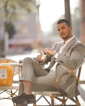 Wie kombinieren: grauer Wollanzug, weißes Businesshemd, schwarze Wildleder Slipper, silberne Uhr