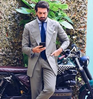 Wie kombinieren: grauer Anzug, weißes und blaues vertikal gestreiftes Businesshemd, blaue Krawatte, weißes Einstecktuch
