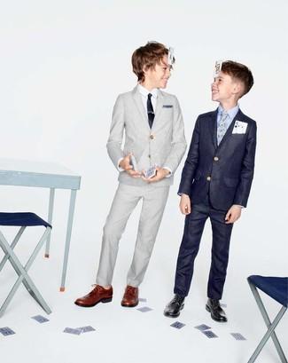 Wie kombinieren: grauer Anzug, weißes Langarmhemd, braune Oxford Schuhe, schwarze Krawatte