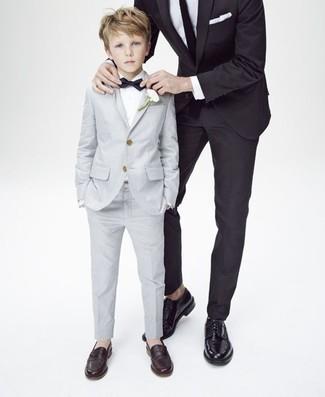 Wie kombinieren: grauer Anzug, weißes Langarmhemd, dunkelbraune Slipper, schwarze Fliege