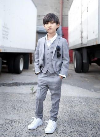 Wie kombinieren: grauer Anzug, weißes Langarmhemd, weiße Turnschuhe, schwarze Sonnenbrille
