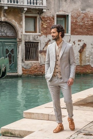 Sandalen kombinieren – 708+ Herren Outfits: Entscheiden Sie sich für einen klassischen Stil in einem grauen Anzug und einem hellbeige Pullunder. Fühlen Sie sich ideenreich? Ergänzen Sie Ihr Outfit mit Sandalen.