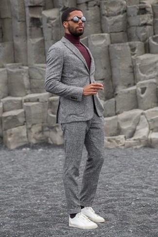 Wie kombinieren: grauer Wollanzug, dunkelroter Rollkragenpullover, weiße Leder niedrige Sneakers, schwarze Sonnenbrille