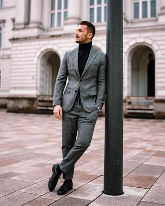 Schwarze Socken kombinieren: trends 2020: Kombinieren Sie einen grauen Wollanzug mit schwarzen Socken für ein sonntägliches Mittagessen mit Freunden. Setzen Sie bei den Schuhen auf die klassische Variante mit schwarzen Leder Derby Schuhen.