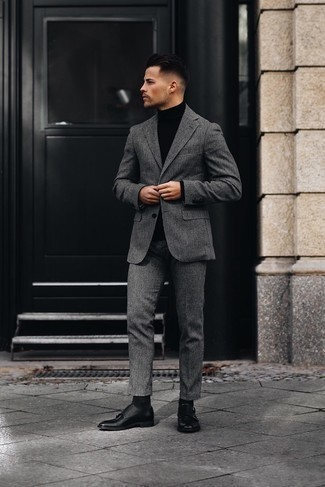 Grauen Wollanzug kombinieren – 336 Herren Outfits: Kombinieren Sie einen grauen Wollanzug mit einem schwarzen Rollkragenpullover, um vor Klasse und Perfektion zu strotzen. Schwarze Doppelmonks aus Leder sind eine ideale Wahl, um dieses Outfit zu vervollständigen.