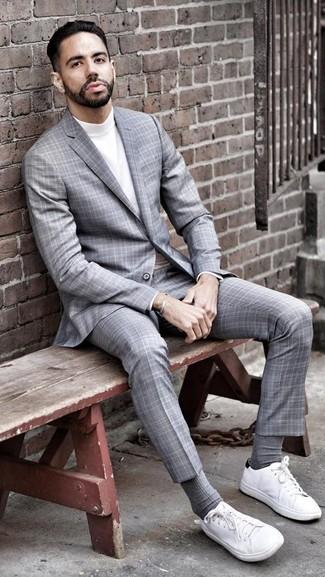 Wie kombinieren: grauer Anzug mit Schottenmuster, weißer Rollkragenpullover, weiße Segeltuch niedrige Sneakers, graue Socke