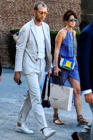 Weiße Leder niedrige Sneakers kombinieren: Smart-Casual-Outfits für Sommer: trends 2020: Kombinieren Sie einen grauen Anzug mit einem weißen T-Shirt mit einem Rundhalsausschnitt für einen für die Arbeit geeigneten Look. Suchen Sie nach leichtem Schuhwerk? Ergänzen Sie Ihr Outfit mit weißen Leder niedrigen Sneakers für den Tag. Das ist eindeutig ein perfekt passender Look für Sommerabende!