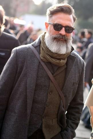 Wie kombinieren: grauer Wollanzug, graue Wollweste, dunkelbraune Leder Umhängetasche, olivgrüner Schal