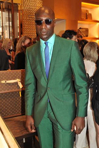 Dermot O'Leary trägt Grüner Anzug, Mintgrünes Businesshemd, Blaue Krawatte mit Karomuster, Dunkelbraune Sonnenbrille