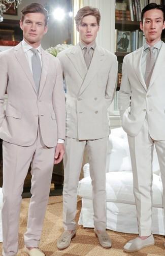 Wie kombinieren: hellbeige Anzug, hellbeige Businesshemd, hellbeige Wildleder Slipper mit Quasten, hellbeige Krawatte